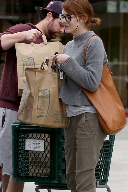 El hombre la ayudó a cargar las compras en el baúl de su camioneta.