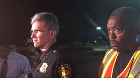William McManus, jefe de la policía de San Antonio, y Charles Hood, dire...