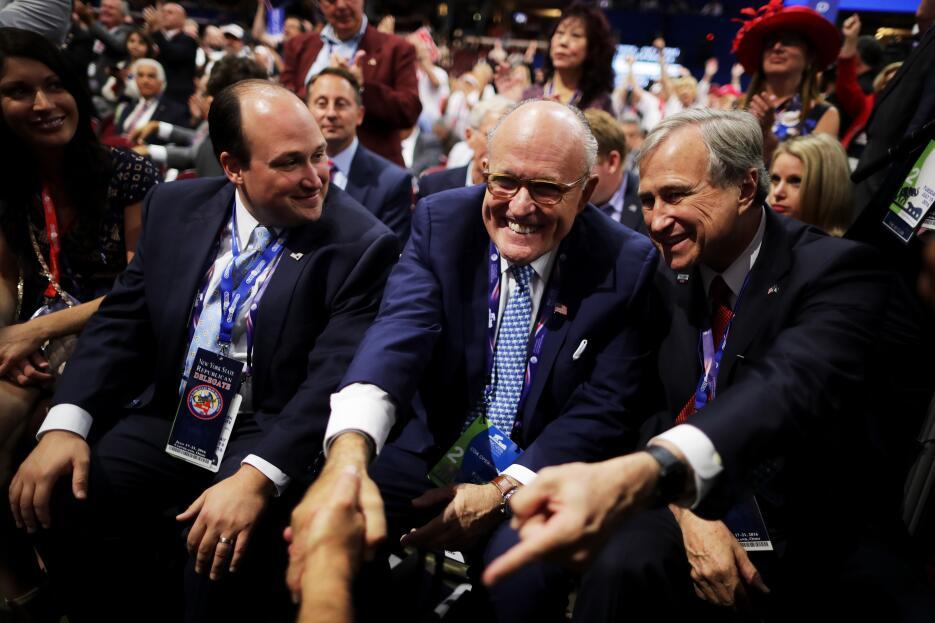 El exalcalde de Nueva York Rudy Giuliani (centro) celebra la nominación...