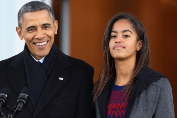 Obama estuvo flanqueado por sus hijas adolescentes Sasha y Malia, ambas...