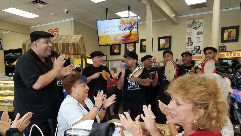 Clientes y empleados de Melao Bakery en Kissimmee celebran un cumpleaños