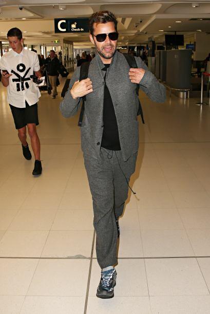 Ricky también vistió muy cómodo en tonos grises y playera negra.