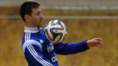 El astro argentino prometió ganar la copa para llevarla a su país.