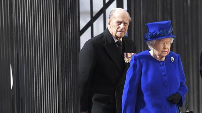 A 45 días de la boda real, hospitalizan de emergencia al esposo de la reina Isabel II