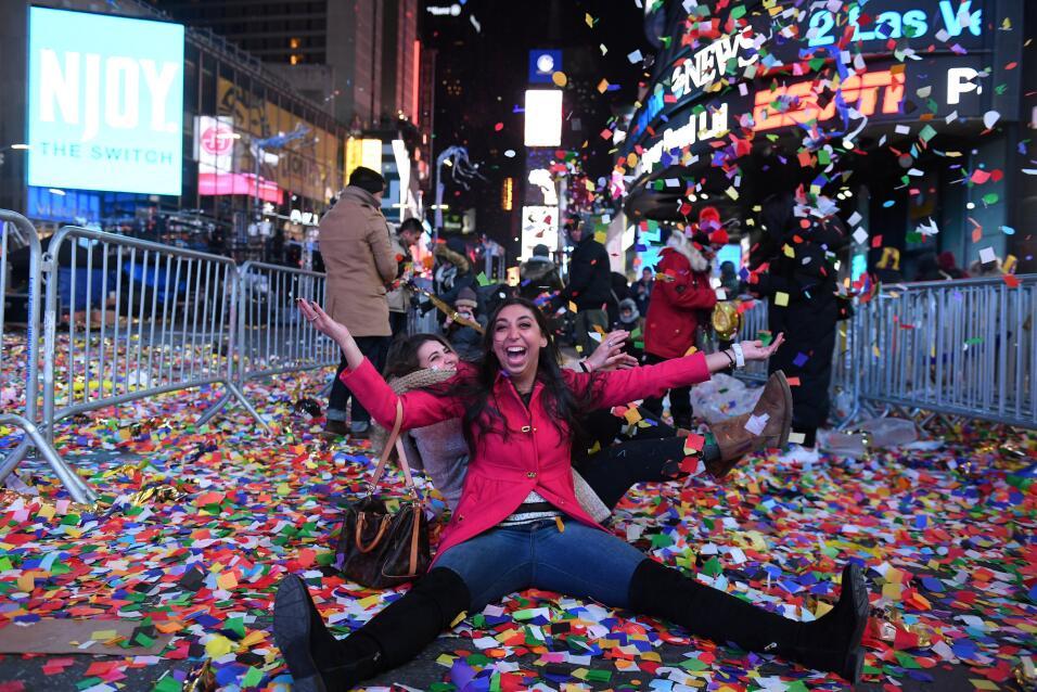 Estas dos chicas celebran el Año Nuevo en el Times Square de Nueva York.