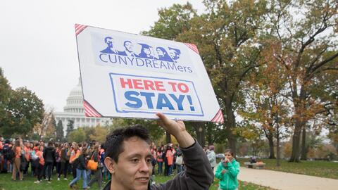 Un inmigrante pide en Washington DC el 9 de noviembre de 2017 un Dream A...