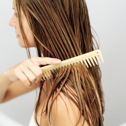 ¡No cepilles en exceso tu cabello mientras esté húmedo! Ya que las fibra...