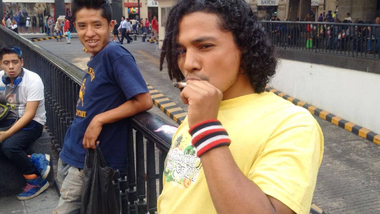 Un joven fumando marihuana afuera de la Suprema Corte.