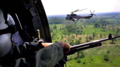 Policías y militares, apoyados desde el aire por helicópteros, continúan...