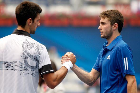 Djokovic y Simon al término de su encuentro.