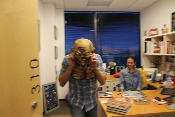 Tambien se fue por las oficinas y lo captamos asustando a uno de sus jefes!