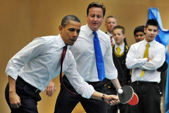 Fuera del protocolo y de la agenda, ambos líderes se arremangaron y come...