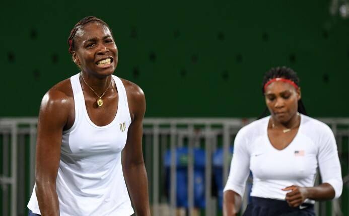 Las hermanas Venus y Serena Williams, tres veces ganadoras de la medalla...