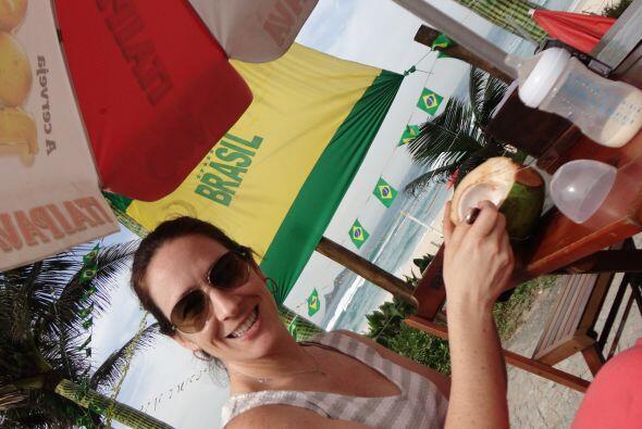 Fay, la esposa de Alberto, disfrutando de un agua de coco deliciosa en l...