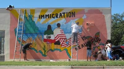 Murales como este, que eventualmente fue vandalizado, son los que creará...