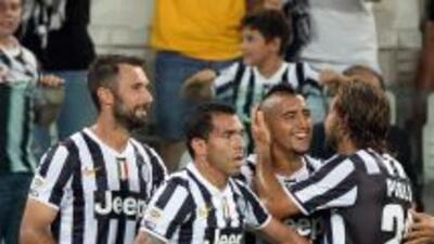 Arturo Vidal es felicitado luego de su segundo gol.