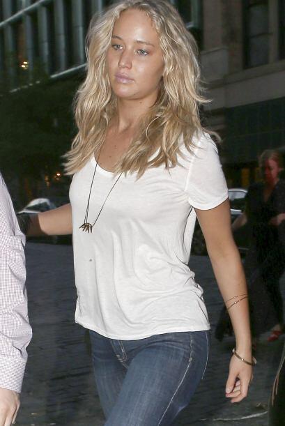 Vestía jeans rotos y playera blanca, muy casual.