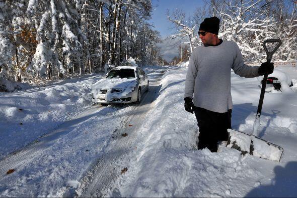 En Nueva York, más de 100 conductores en las carreteras del oeste quedar...