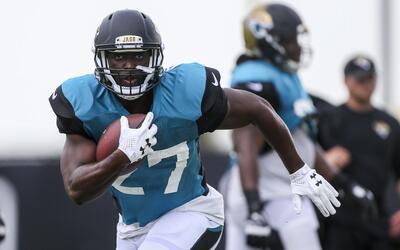 Leonard Fournette durane una práctica de los Jacksonville Jaguars.