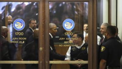 Barack Obama cumple con su deber ciudadano y se presenta en una corte de...
