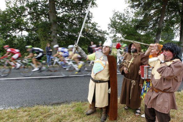 ¡Hasta los caballeros medievales apoyaron a los ciclistas!