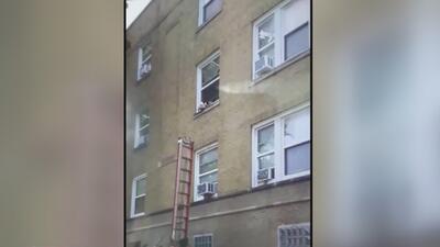 En video: Latinas ayudan a salvar a dos bebés que colgaban de una ventana en Chicago