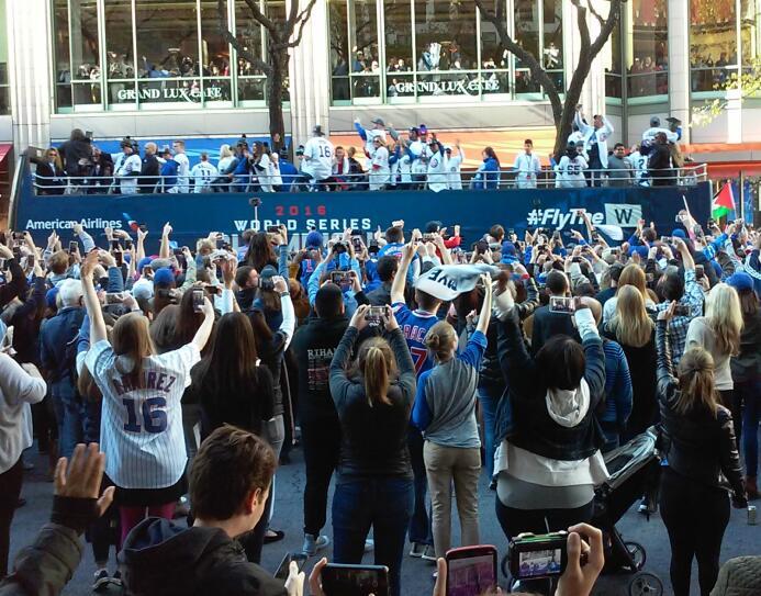Miles de fanáticos de los Cubs salieron a la Milla Magnífica para ser pa...