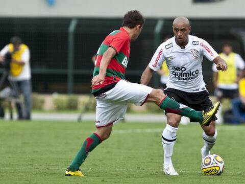 El veterano Roberto Carlos anotó un gol de antología al co...