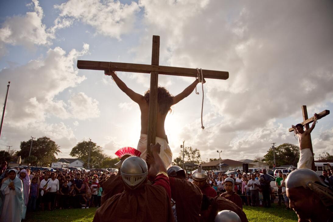 El Viacrucis acaba al lado de la Iglesia de Sacred Heart, donde hay cele...