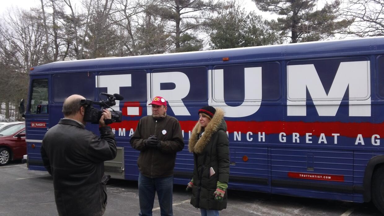 David Gleeson y Mary Mihelic, junto al autobús.