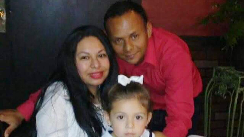 Espilvio Sánchez-Benavidez junto a su esposa Wendy García y la hija de e...