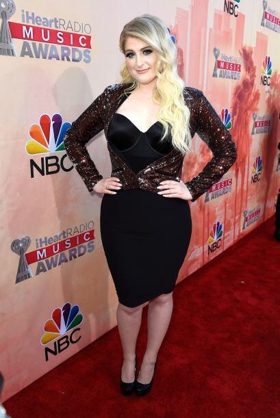 La cantante Meghan Trainor optó por 'look' en negro con un saco brilloso...