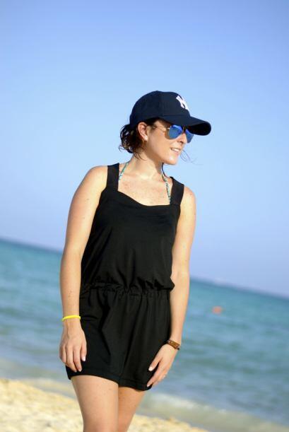 Un vestido negro es perfecto y sobrio para vestir en la playa. Le puedes...