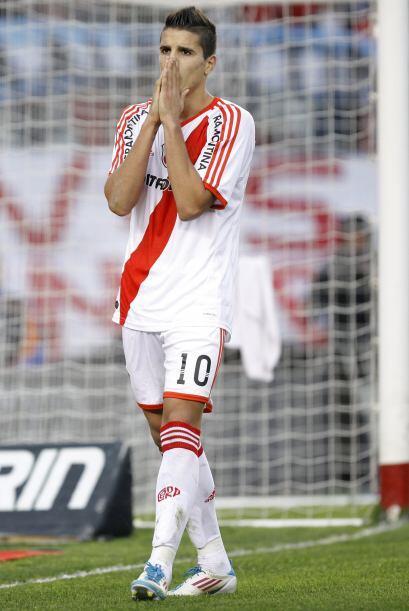 Lamento `millonario`. El juvenil Erik Lamela de River Plate, lamenta la...
