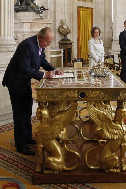 El Rey Juan Carlos, en presencia de la Reina Sofía y los Príncipes de A...