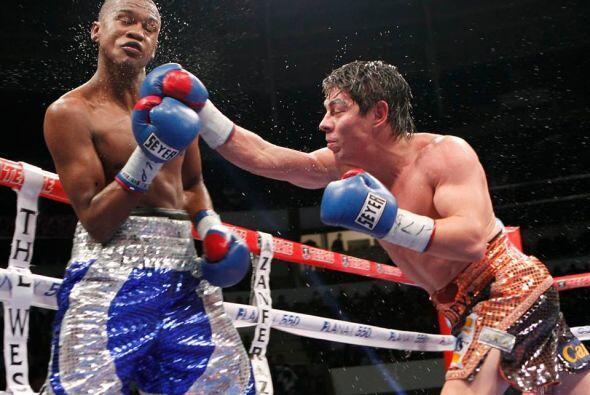 El colombiano José Carmona enfrentó a Jorge 'Travieso' Arce y cayó por n...