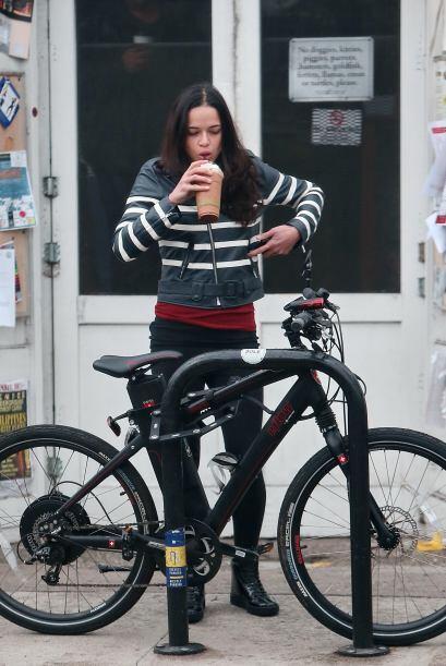 """Michelle Rodriguez fue a pasear en bicicleta pero tomó un """"coffee break""""..."""