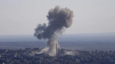 El humo se eleva desde el pueblo sirio Jubata al-Khashab después de que...