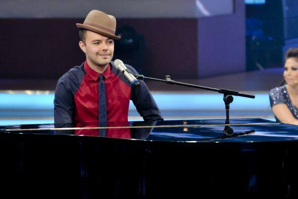 Jesse acompañó la canción tocando el piano.