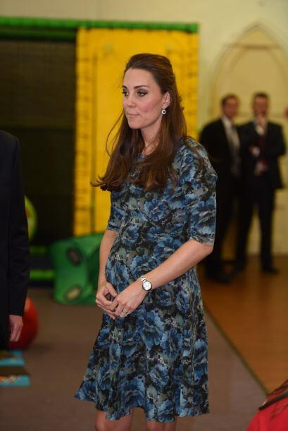 La Duquesa de Cambridge sostiene con orgullo su vientre mientras visita...
