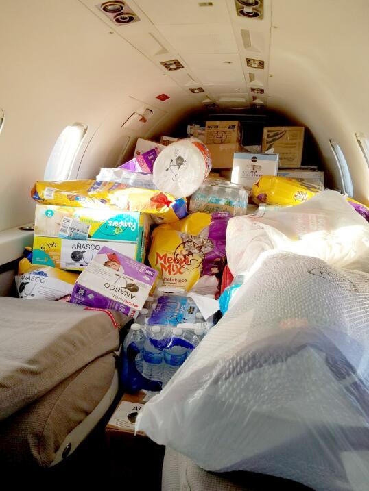 No solo el maletero va cargado con cajas de utensilios médicos, e...