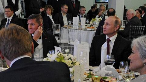 Vladimir Putin aparece en esta imagen entre Michael Flynn y Jill Stein d...