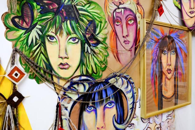 El arte que se exhibe dentro de esta galería va desde pinturas, producto...