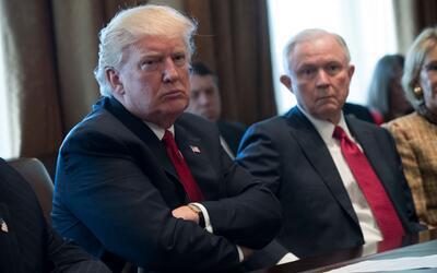 Donald Trump (i) y Jeff Session (d), en una imagen de archivo.