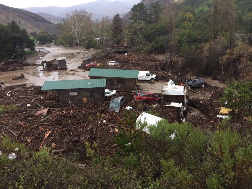 El agua y el lodo inundaron el  campamento El Capitan Canyon Resort &amp...