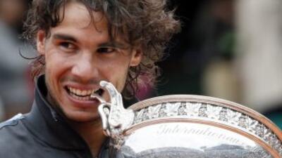 Rafael Nadal muerde su séptimo trofeo de Ralond Garros.