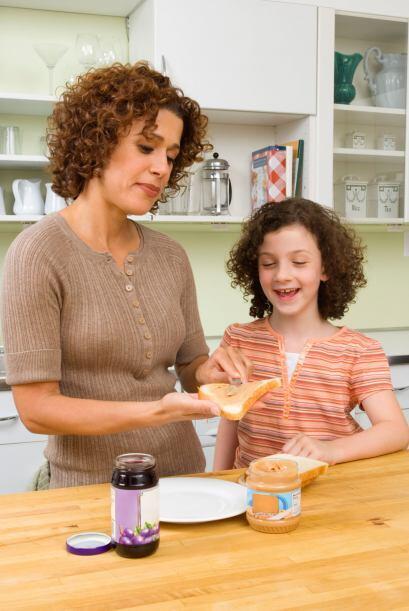Involucra a los niños en la preparación de la comida. Mientras preparas...