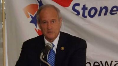 La madre del candidato a alcalde Tommy Adkisson fue robabada a punta de...