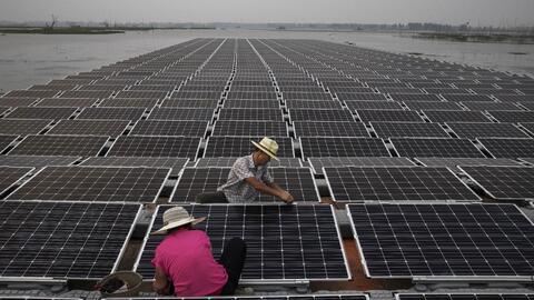 Una planta de paneles solares flotantes en China.