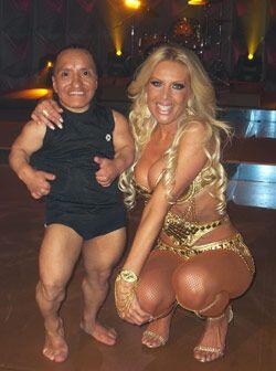 """Lorena posa al lado de Alex Sotomayor """"Uchita"""", es un stripper único en..."""